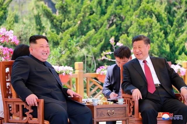 Chủ tịch Trung Quốc Tập Cận Bình và nhà lãnh đạo Triều Tiên Kim Jong-un gặp gỡ ở Đại Liên (Trung Quốc) hôm 8/5. (Ảnh: Reuters)