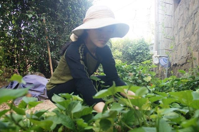 Ngoài thời gian học, em Linh luôn chăm chỉ làm lụng việc nhà giúp mẹ.