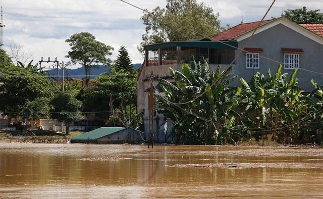 Nhiều vùng ở Nghệ An vẫn mênh mông nước lũ - 7