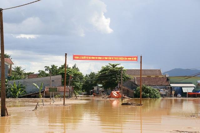 Nhiều vùng ở Nghệ An vẫn mênh mông nước lũ - 8