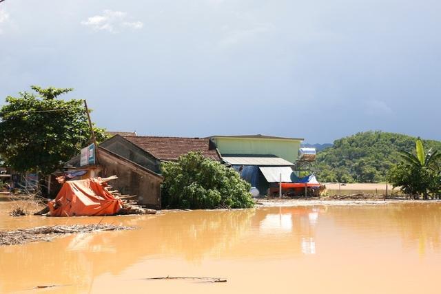 Nhiều vùng ở Nghệ An vẫn mênh mông nước lũ - 11