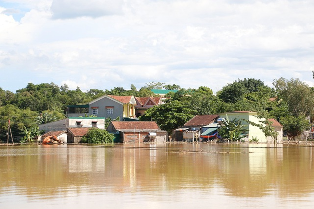 Nhiều vùng ở Nghệ An vẫn mênh mông nước lũ - 16