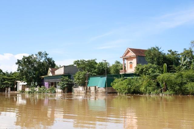 Nhà dân ngập hơn 1m, có nơi gần 2m.
