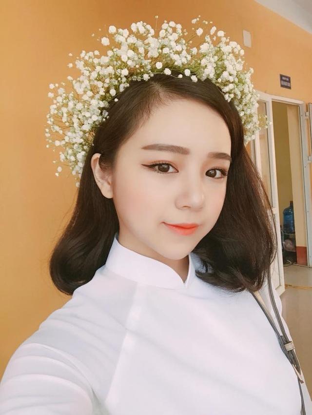 Chỉ một bức ảnh ngủ gật ở sân trường trong tà áo dài trắng cũng khiến Thủy Tiên bất ngờ nổi tiếng. Cô nàng được mọi người yêu quý vì gương mặt ngây thơ như thiên thần nhưng lại có thân hình bốc lửa.