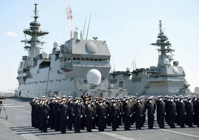 Các sĩ quan trên tàu sân bay trực thăng Kaga của Nhật Bản. (Ảnh: Kyodo News)