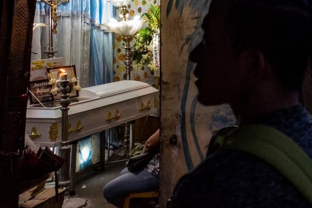 Quan tài màu trắng trong lễ tang của Allan Rafael tại Philippines (Ảnh: New York Times)