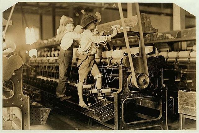 Ngay cả ở Mỹ, đầu thế kỷ 20, trẻ em phải lao động trong các nhà máy và hầm mỏ với mức lương rẻ mạt.Trong ảnh là những đứa trẻ đang làm việc trong một nhà máy đóng thuyền năm 1909.