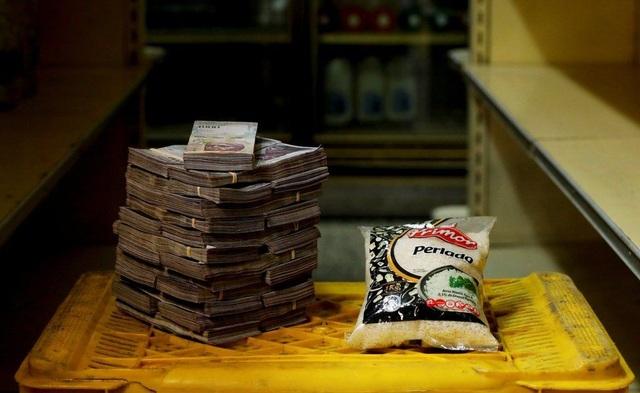 1 kg gạo có mức giá 2,5 triệu bolivar. Ảnh: Reuters