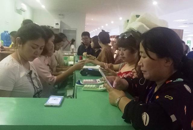 Khách Trung Quốc thanh toán qua máy POS tại một cửa hàng ở TP Nha Trang. Ảnh: VN