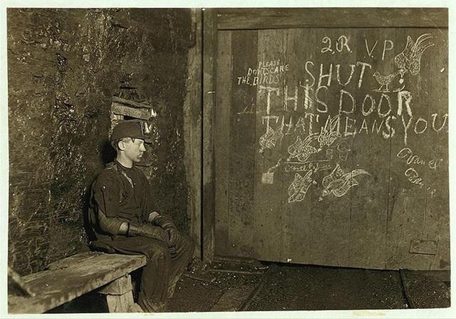 Công việc của cậu bé Vance, 15 tuổi là mở và đóng cửa hầm mỏ than đá với mức lương 0,75 USD/ngày cho 10 giờ làm việc liên tục.