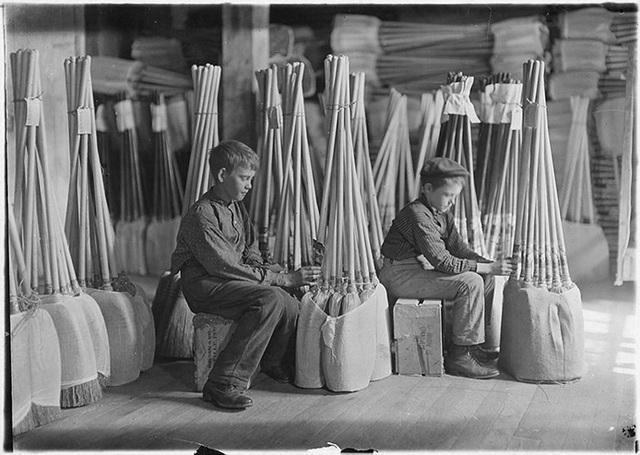 Những năm đầu thế kỷ 20, trẻ em ở Mỹ phải làm nhiều công việc khác nhau để kiếm sống.