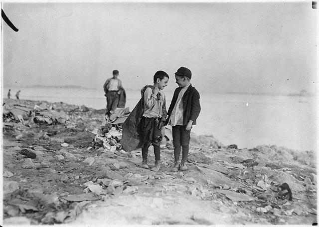 Các em nhỏ đi nhặt rác trong các bãi rác khổng lồ ở Boston tháng 10/1909.