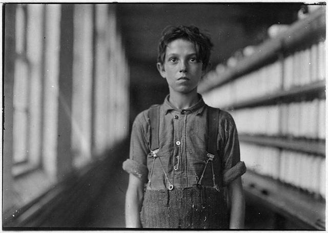 Cậu bé Jo Bodeon làm công việc bện dây thừng trong Nhà máy Sợi Chace tháng 5/1909.