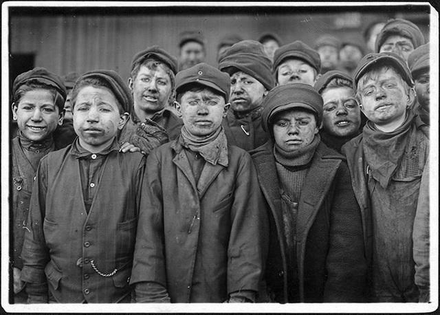 Bức hình ám ảnh chụp vào tháng 1/1911 ghi lại những khuôn mặt lem luốc của các cậu bé khi làm việc ở một mỏ than.