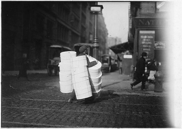 Một cậu bé mang những chiếc mũ đi bán trên đường phố New York vào tháng 2/1912.
