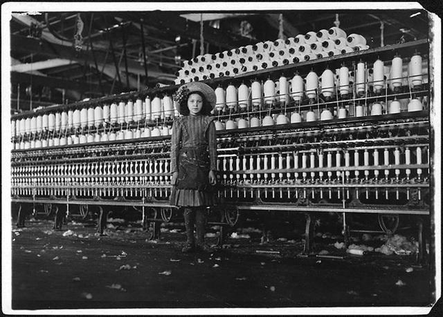 Có khoảng 2 triệu trẻ em dưới 15 tuổi phải làm các công việc nặng nhọc và vất vả như người lớn khiến nhiều người không khỏi xót xa. Cô bé Said được cho là 14 tuổi làm công việc quay tơ trong Nhà máy sợi Roanoke tháng 5/1911.