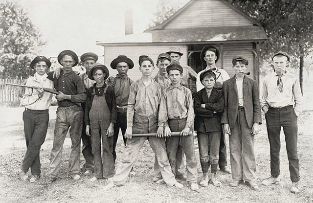 Một đội bóng chày hầu hết là lao động trẻ em làm việc trong một nhà máy sản xuất kính ở bang Indiana năm 1908.