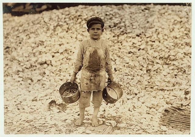 Bé Manuel mới chỉ 5 tuổi nhưng đã phải đi mò tôm cá để kiếm sống.
