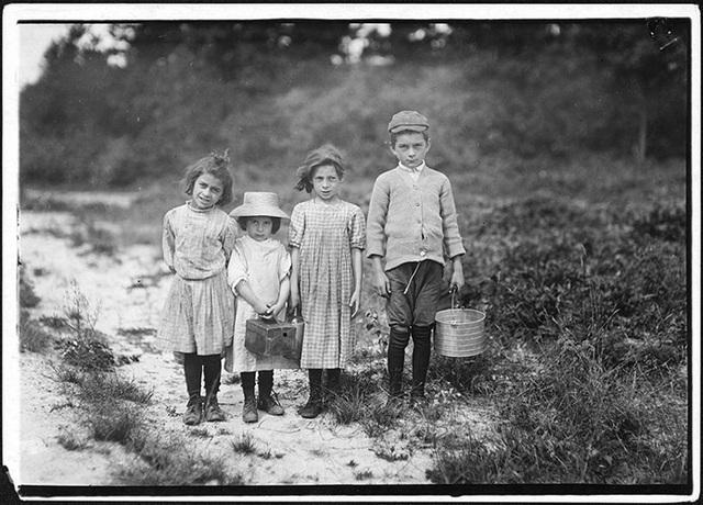 Hình ảnh đau lòng về những đứa trẻ còn rất nhỏ nhưng đã phải làm nhiều công việc khác nhau để kiếm sống tại Mỹ những năm đầu thế kỷ 20.