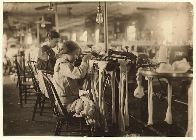 Một cô bé 11 tuổi làm việc trong Nhà máy Crescent Hosiery.