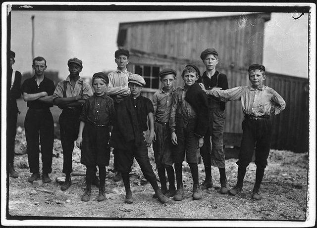 Tất cả những cậu bé này đều là các nhân công tại Nhà máy Kính Alexandria, tháng 6/1911.