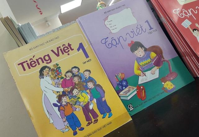 Trên kệ nhà sách FAHASA Nguyễn Huệ, TPHCM ngày 21/8 chỉ có đúng 2 đầu sách lớp 1 này, mỗi cuốn còn sót... 2 quyển.