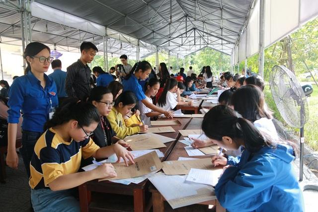 Lực lượng tình nguyện viên nhiệt tình hỗ trợ tân sinh viên K52 Trường Đại học Kinh tế - Đại học Huế làm thủ tục nhập học.