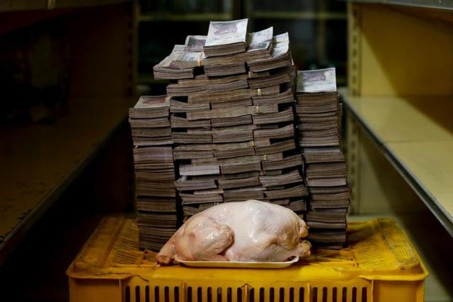 Một con gà nặng 2,4kg tại Venezuela có giá 14,6 triệu Bolivar (khoảng 2,22 USD). (Nguồn: Reuters)