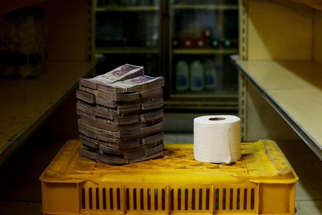 Một cuộn giấy vệ sinh có giá 2,6 triệu Bolivar (vào khoảng 0,40 USD). (Nguồn: Reuters)