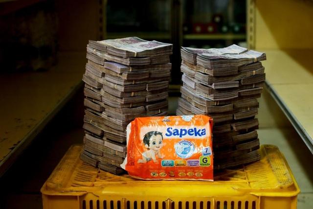Một gói bỉm có giá 8 triệu Bolivar (tương đương 1,22 USD). (Nguồn: Reuters)
