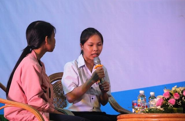 Em Nguyễn Thị Bích Mận (lớp 10A1, Trường THPT Nguyễn Hữu Quang, huyện Phù Cát, Bình Định) đang chia sẻ tại lễ trao học bổng.