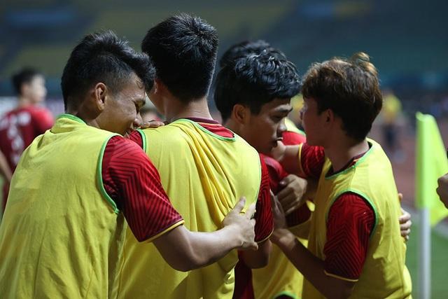 Các cầu thủ ôm nhau hạnh phúc sau bàn thắng của Công Phượng
