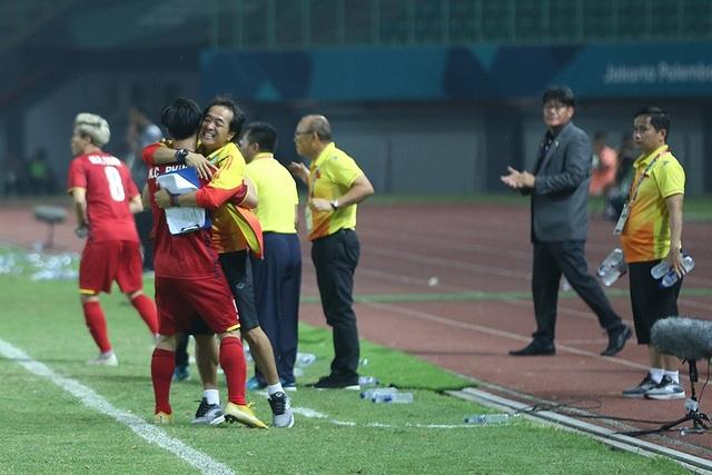 Olympic Việt Nam ăn mừng chiến thắng đầy cảm xúc, cảm ơn đồng đội Hùng Dũng - 15