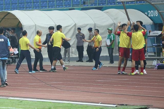 Olympic Việt Nam ăn mừng chiến thắng đầy cảm xúc, cảm ơn đồng đội Hùng Dũng - 13