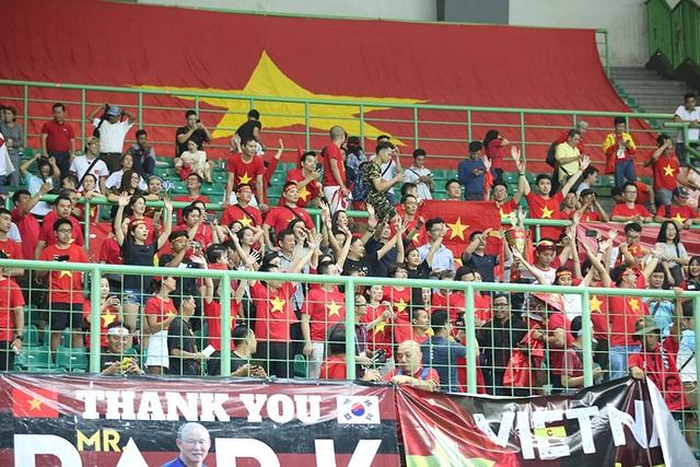Olympic Việt Nam ăn mừng chiến thắng đầy cảm xúc, cảm ơn đồng đội Hùng Dũng - 11