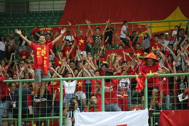 Olympic Việt Nam ăn mừng chiến thắng đầy cảm xúc, cảm ơn đồng đội Hùng Dũng - 9