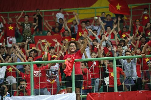 Niềm hạnh phúc của nhóm cổ động viên Việt Nam trên sân Patriot