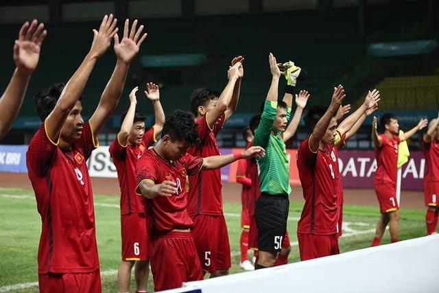 Olympic Việt Nam ăn mừng chiến thắng đầy cảm xúc, cảm ơn đồng đội Hùng Dũng - 7