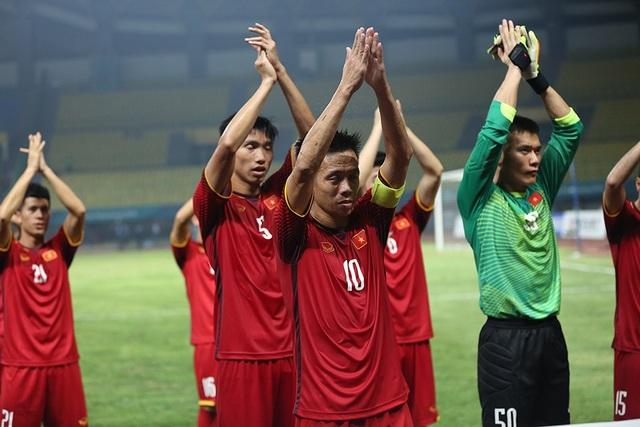 Olympic Việt Nam ăn mừng chiến thắng đầy cảm xúc, cảm ơn đồng đội Hùng Dũng - 6