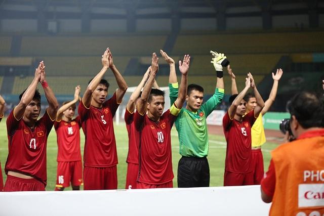 Cầu thủ Olympic Việt Nam cảm ơn khán giả trên sân
