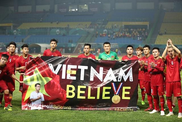 Các cầu thủ Olympic Việt Nam dành tình cảm cho đồng đội Đỗ Hùng Dũng