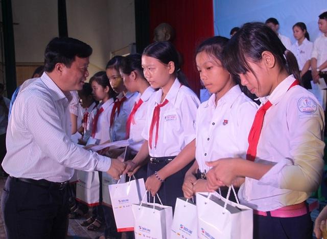 Phó Chủ tịch UBND tỉnh Bình Định Nguyễn Tuấn Thanh trao học bổng cho học sinh nghèo vượt khó học giỏi của tỉnh.