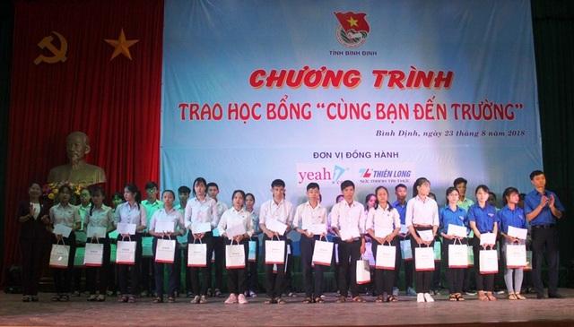 75 học sinh, sinh viên, tân sinh viên nhận học bổng Cùng bạn đến trường.