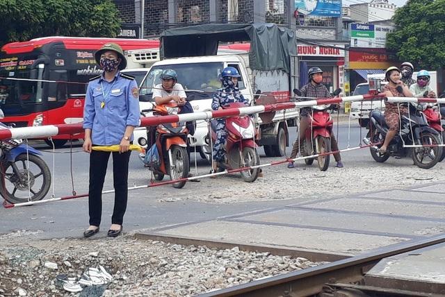 Chị Trần Thị Nhẽ cũng phối hợp nhịp nhàng với anh Thành và người dân xử lý sự cố