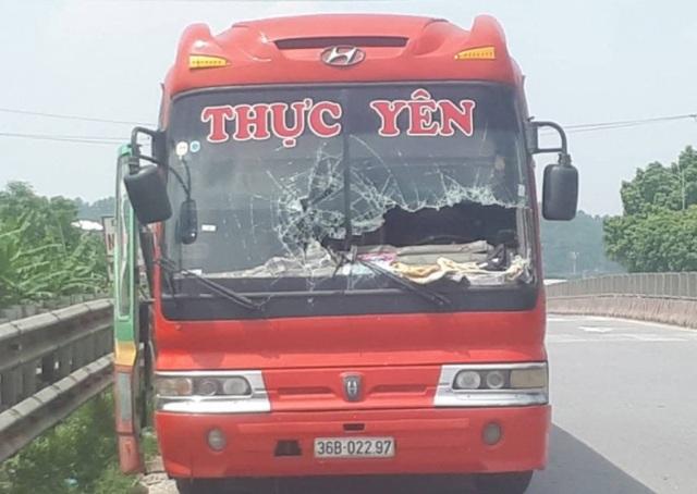 Chiếc xe khách bị rào chắn đường sắt xuyên thủng kính