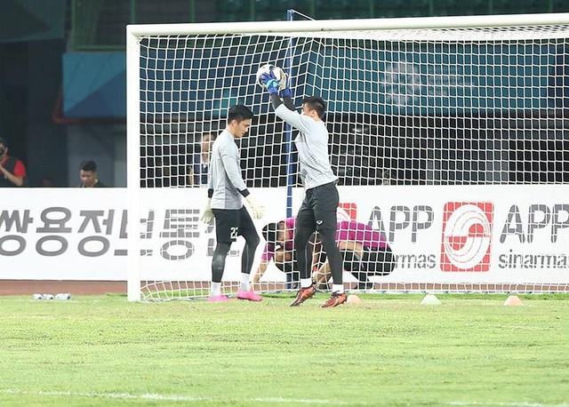 Thủ môn Bùi Tiến Dũng và Văn Hoàng khởi động trước trận đấu