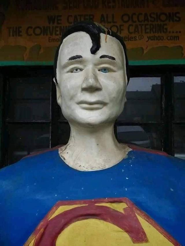 Bức tượng siêu nhân nằm trong công viên có một gương mặt buồn rầu