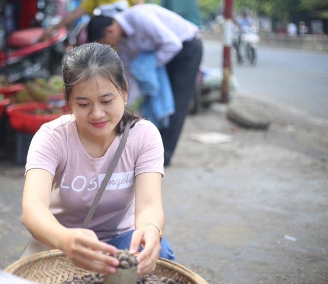 Ở các chợ của thị xã Hương Thủy, sim bán với giá 25 ngàn/kg, còn 1 lon sim bán 5 ngàn đồng.