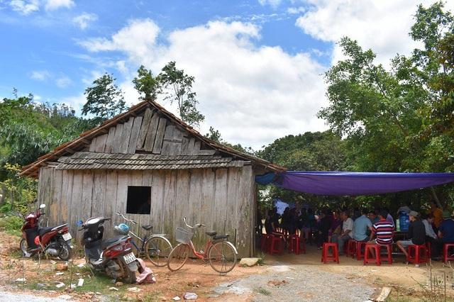 Trong căn nhà nhỏ xập xệ được dựng từ mấy tấm gỗ đã mục nát nằm cuối xóm, một không khí tang thương đang bao trùm vì sự ra đi đột ngột của anh Đinh Quang