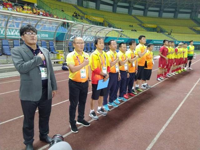 HLV Park Hang Seo và ban huấn luyện chào cờ trước trận đấu
